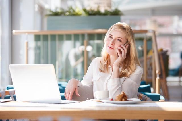 Finansdagen kvinna i telefon.jpg