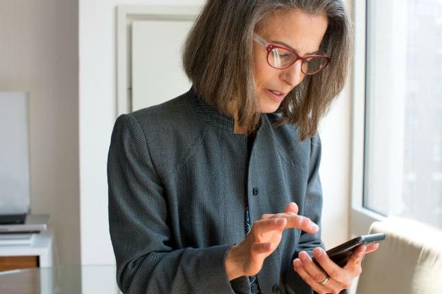 kvinna-med-mobil.jpg