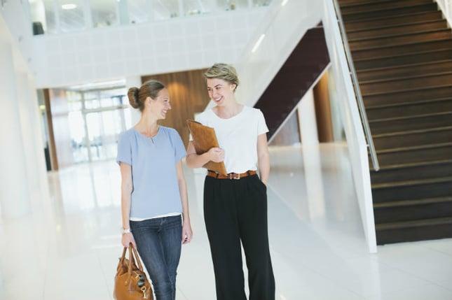 kvinnor-i-korridor.jpg