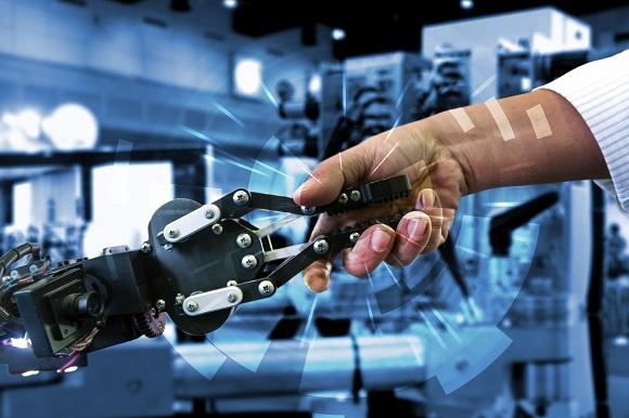 Människa skakar hand med robot