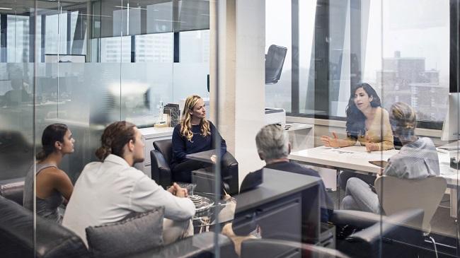 Personer i mötesrum
