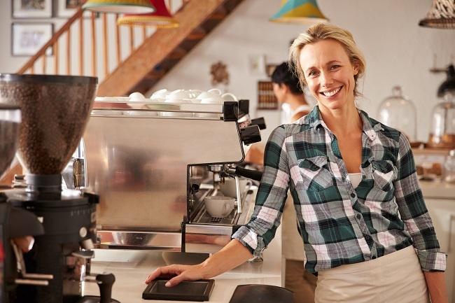 kvinna_vid_kaffemaskin
