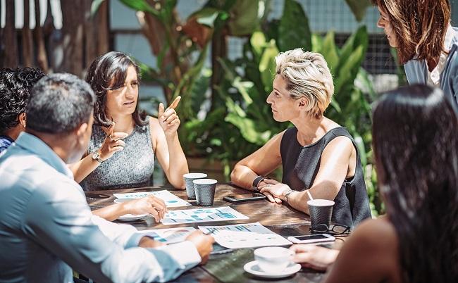 Ledningsgrupp diskuterar runt bord
