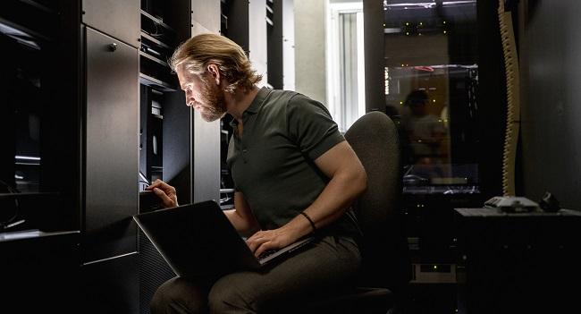 Manlig datatekniker