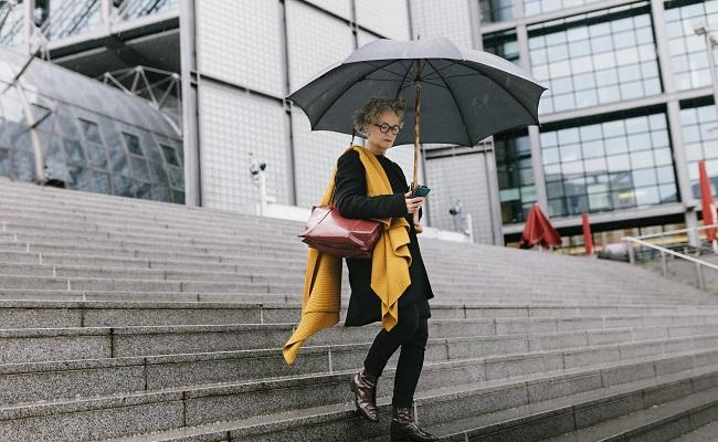 Kvinna i trappa med paraply