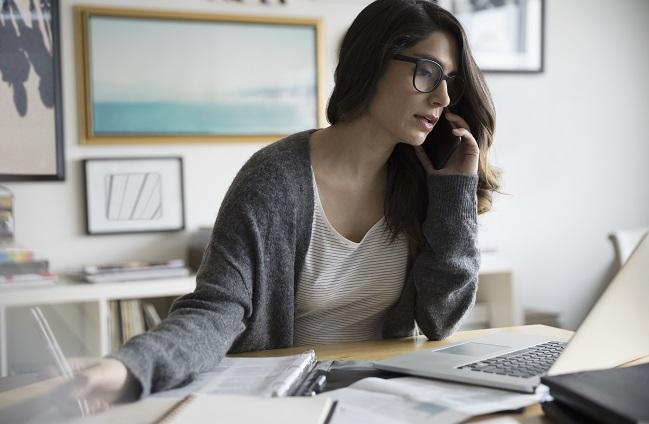 Kvinna jobbar hemifrån