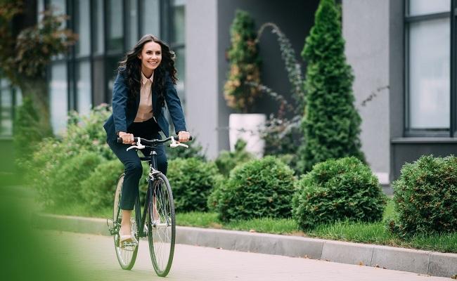 Kvinna-pa-cykel