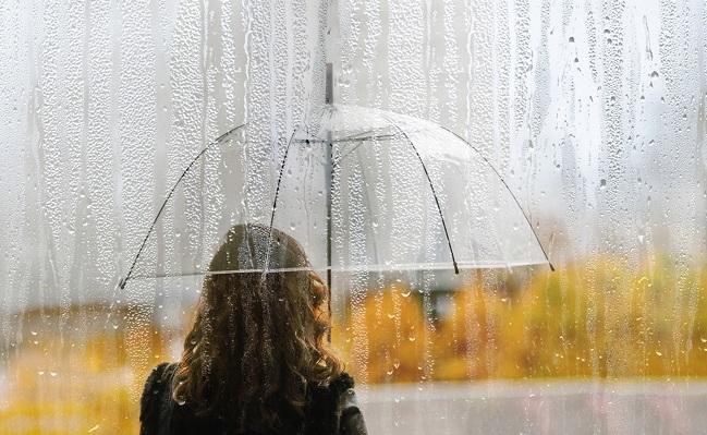 Kvinna håller paraply