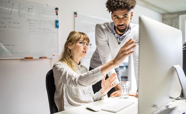 Kollegor framför datorn