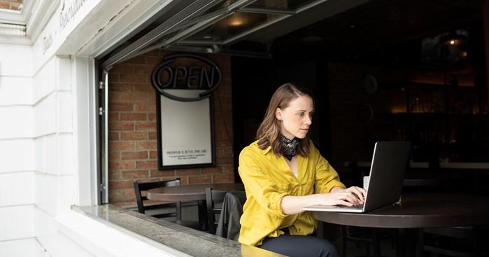 kvinna arbetar ensam vid laptop
