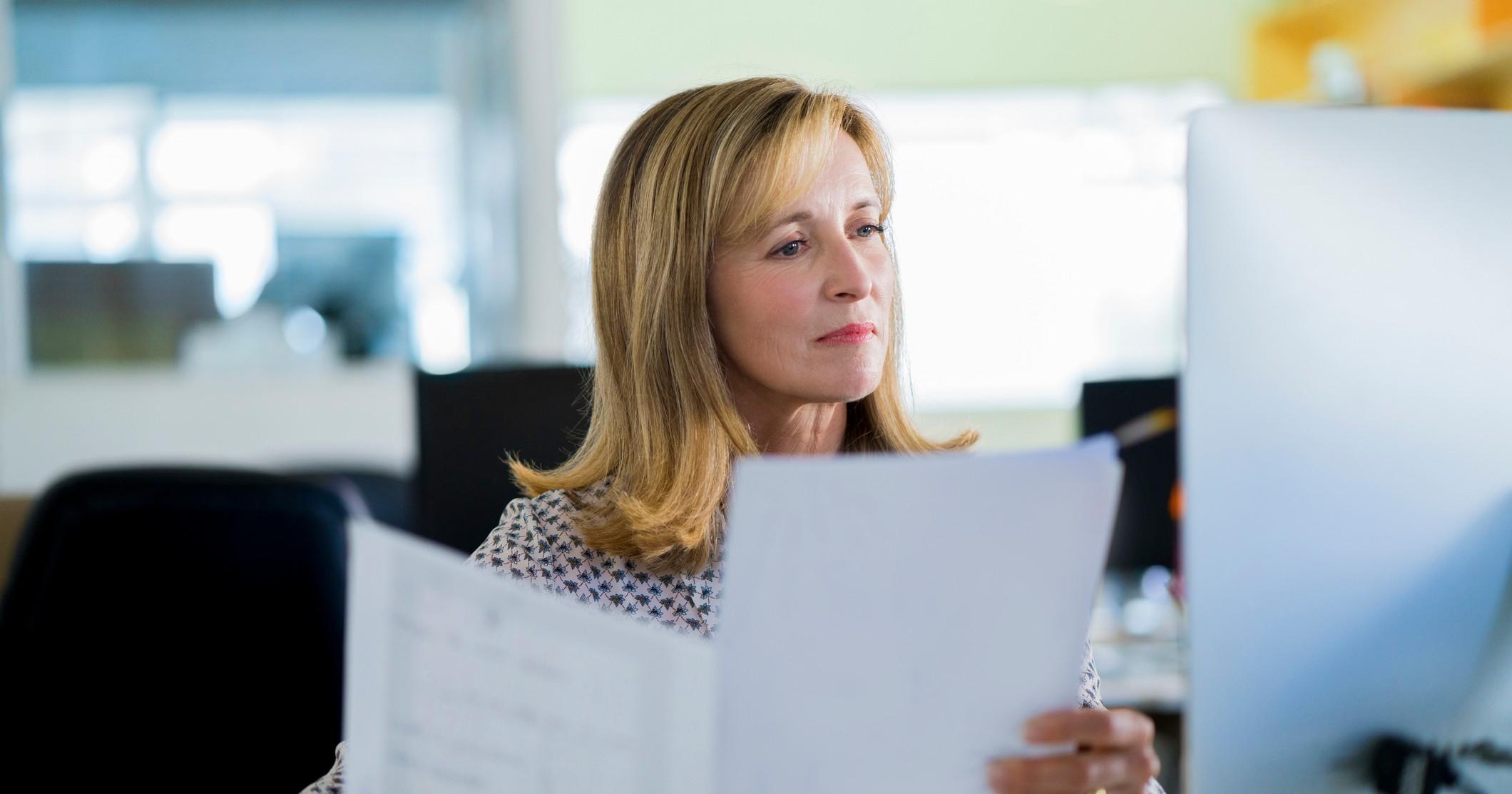 Kvinna som håller i dokument