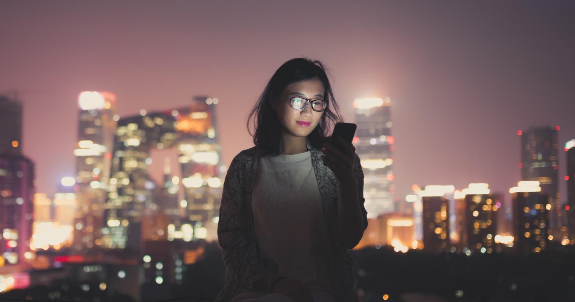 Kvinna tittar på telefon