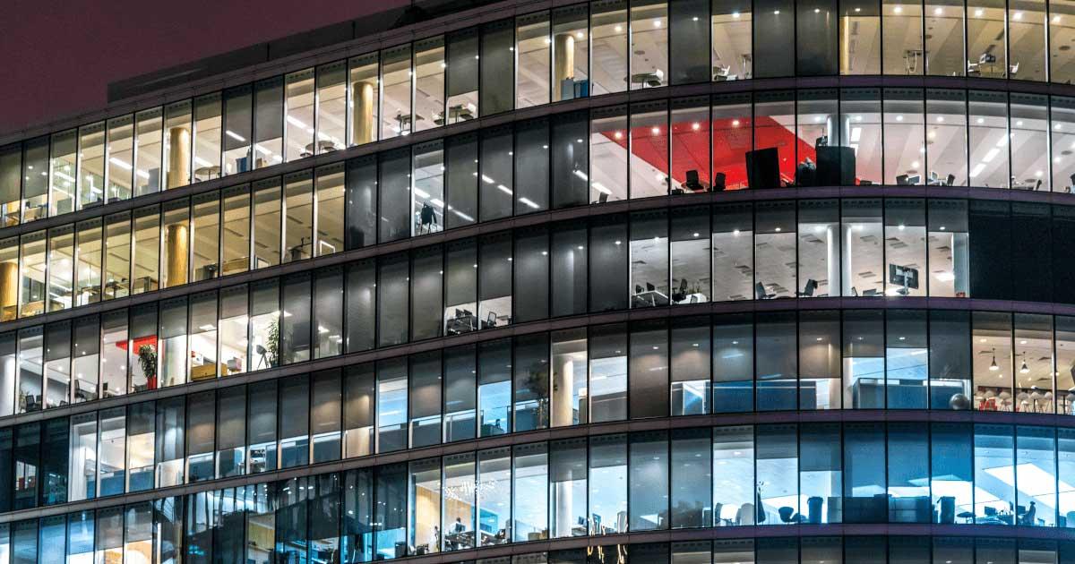 Kontor med stora glasfönster