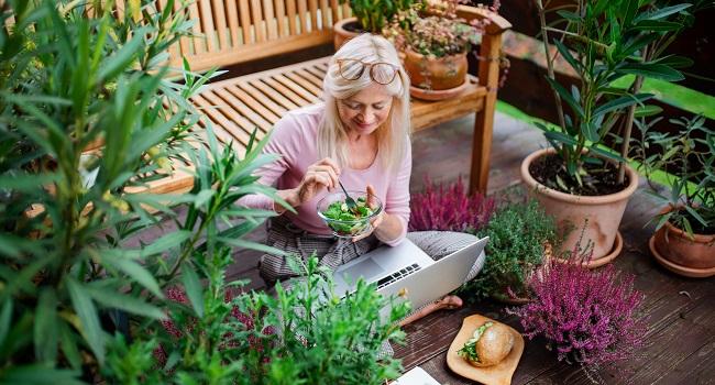 Kvinna dator växter