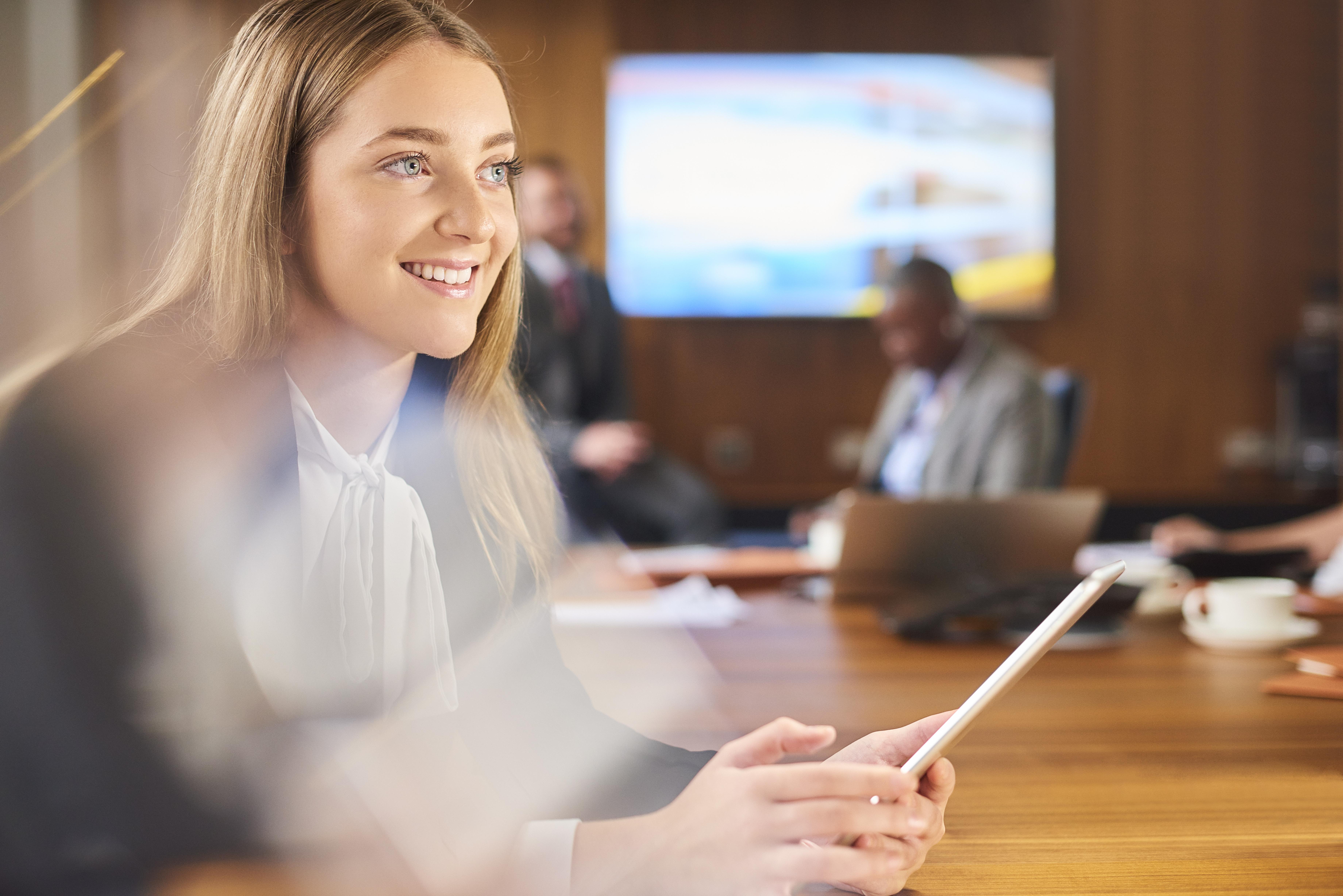 Kvinna i konferensrum