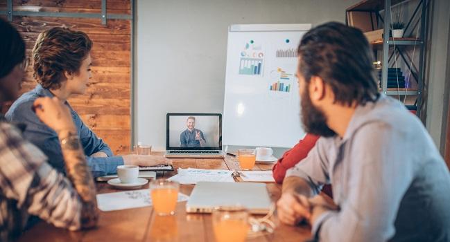 Familjeföretagare runt bord med dator