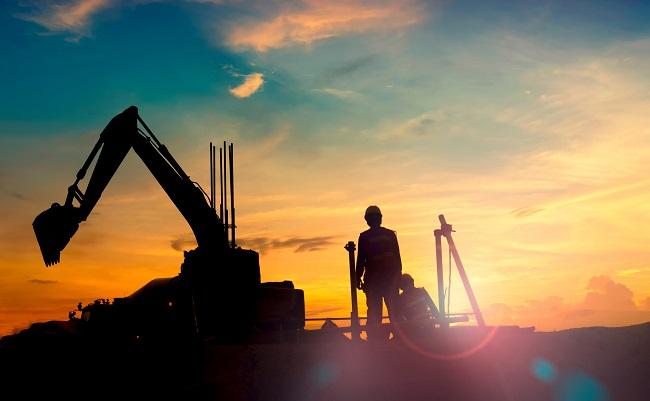 Byggarbetare vid solnedgång