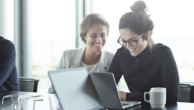 tva-kvinnor-vid-dator